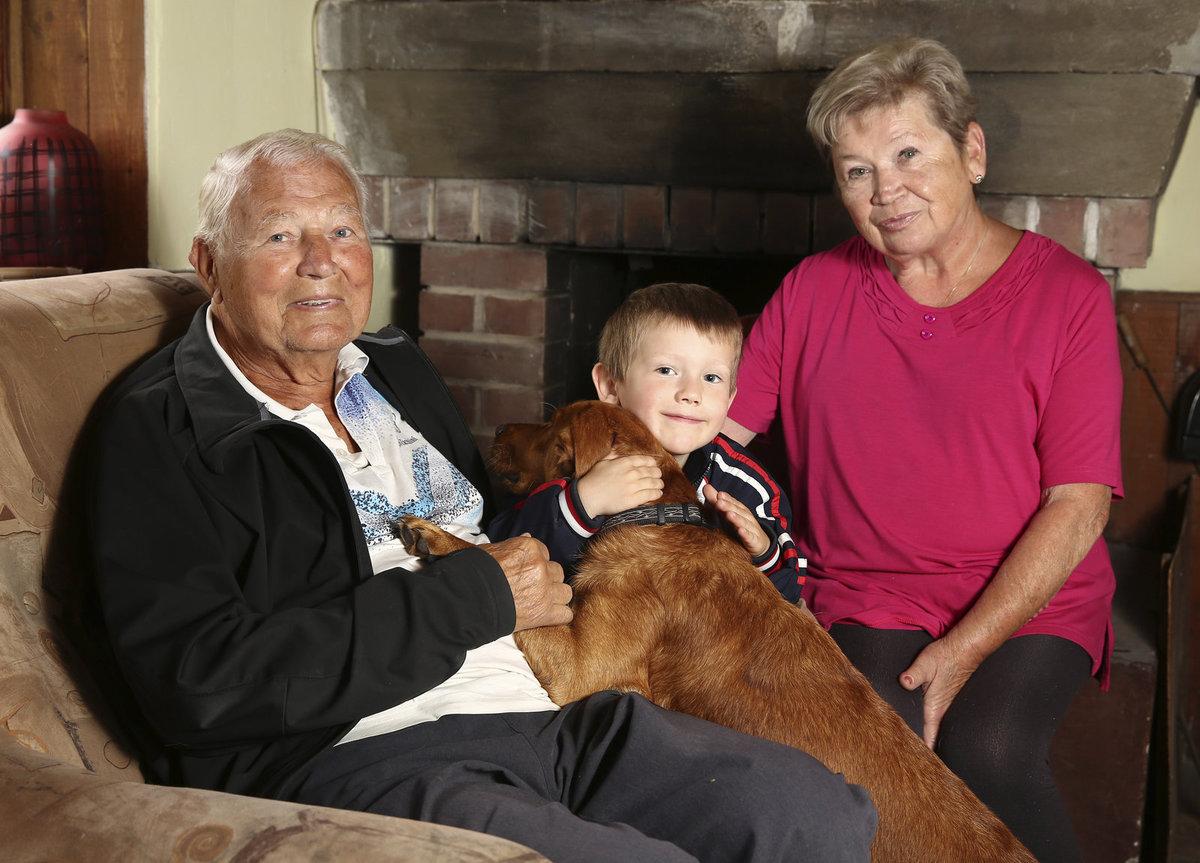 Karlu Fialovi a jeho manželce Věře dělá radost jejich voříšek Filip i vnouček Honzík.