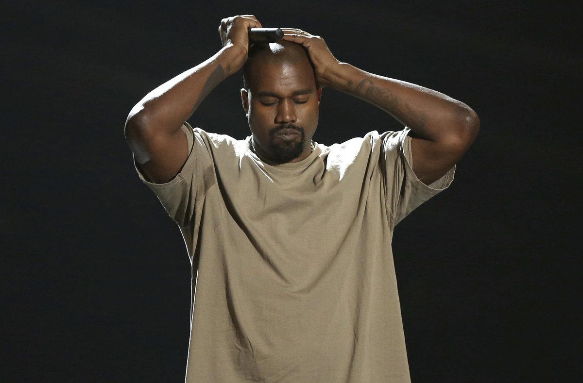 Kanye byl na podiu zhulený jako paprika.
