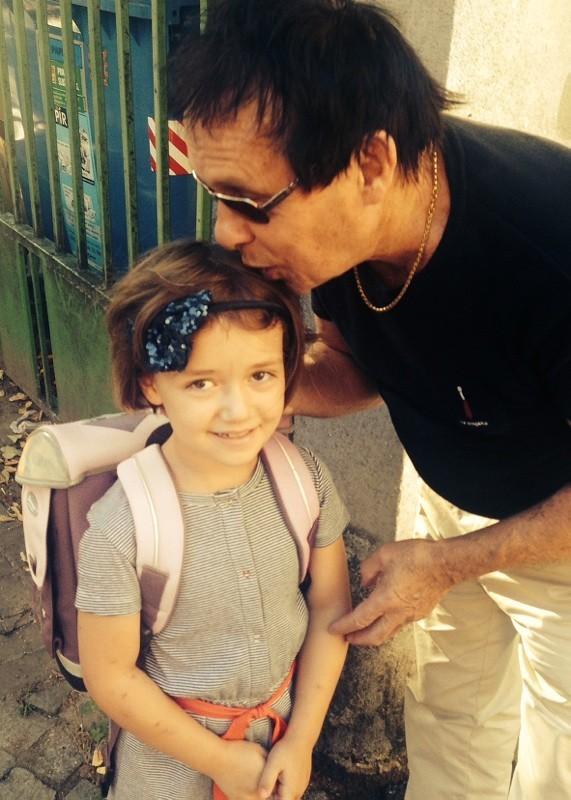Pyšný táta Jan Saudek s dcerou Annou Marií.