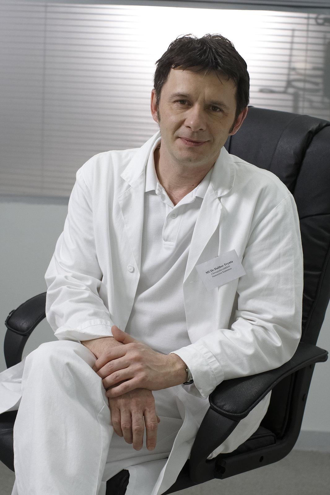 Jan Šťastný jako primář Frynta v Ordinaci v růžové zahradě.
