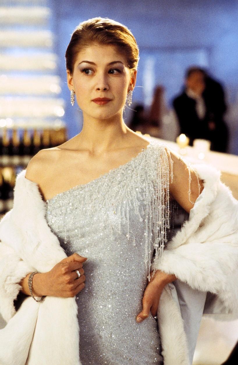 Bond girl Miranda Frostová, kterou ztvárnila Rosamund Pike ve filmu Dnes neumírej.