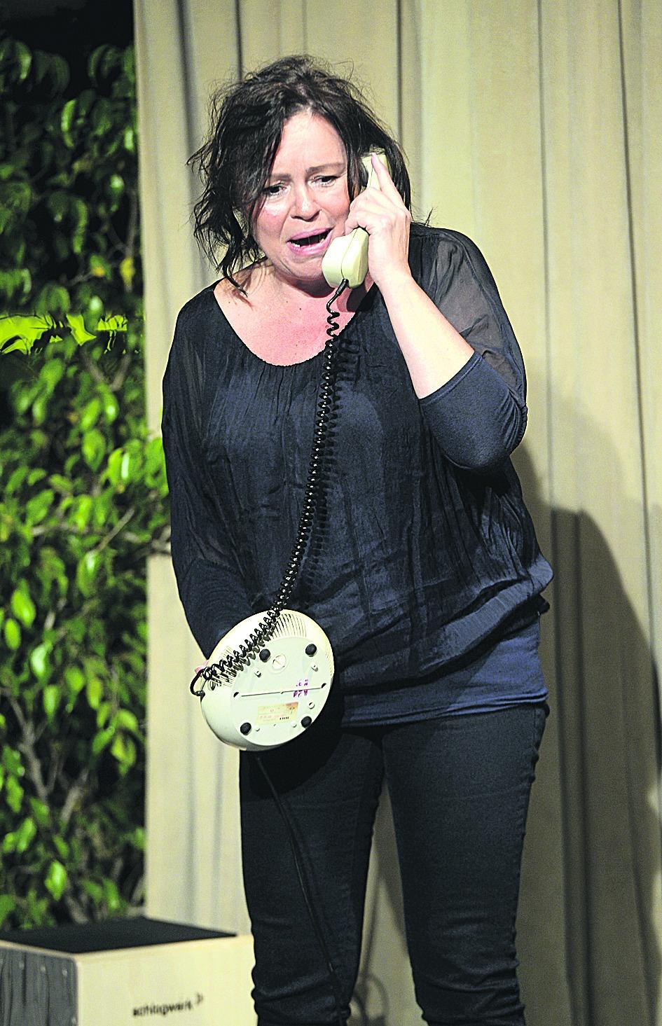 Jitka Sedláčková má jedinou rekvizitu – telefon.