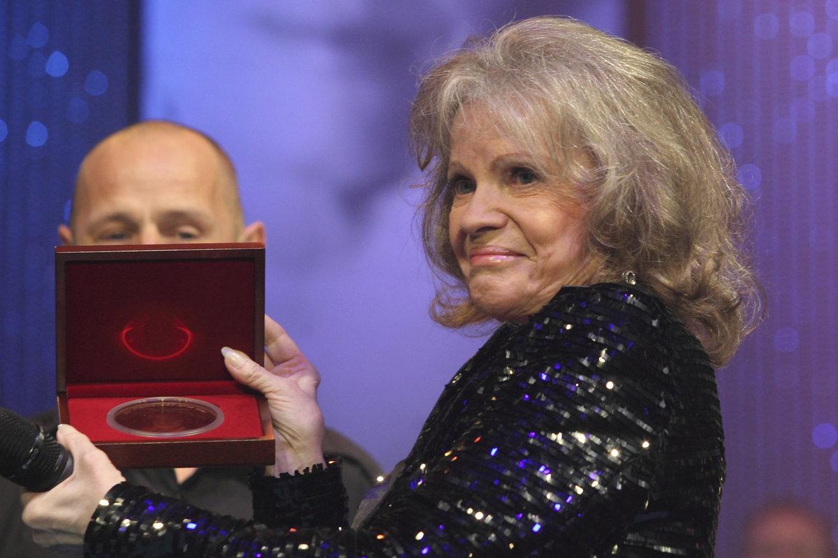 Eva Pilarová dostala zlatou plaketu se svou podobiznou. Dárek ji rozplakal.