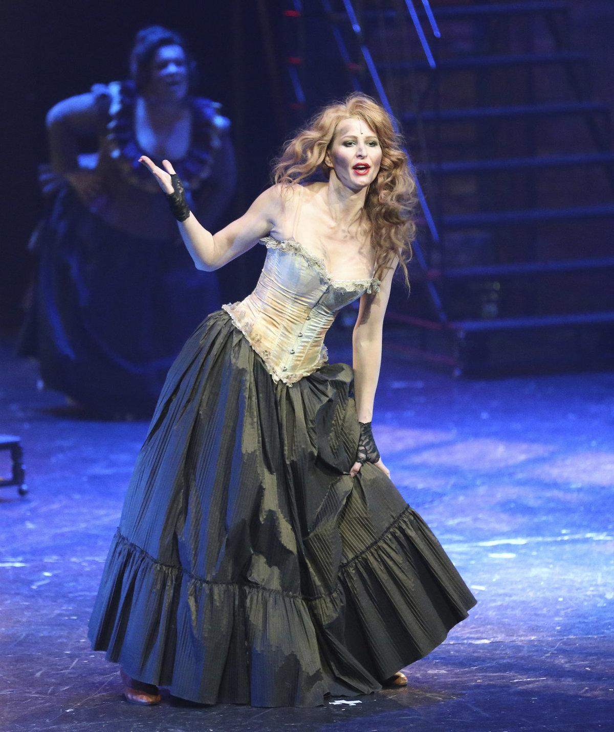 Květen: Slavíkova manželka Ivana oznamuje odchod z divadla.