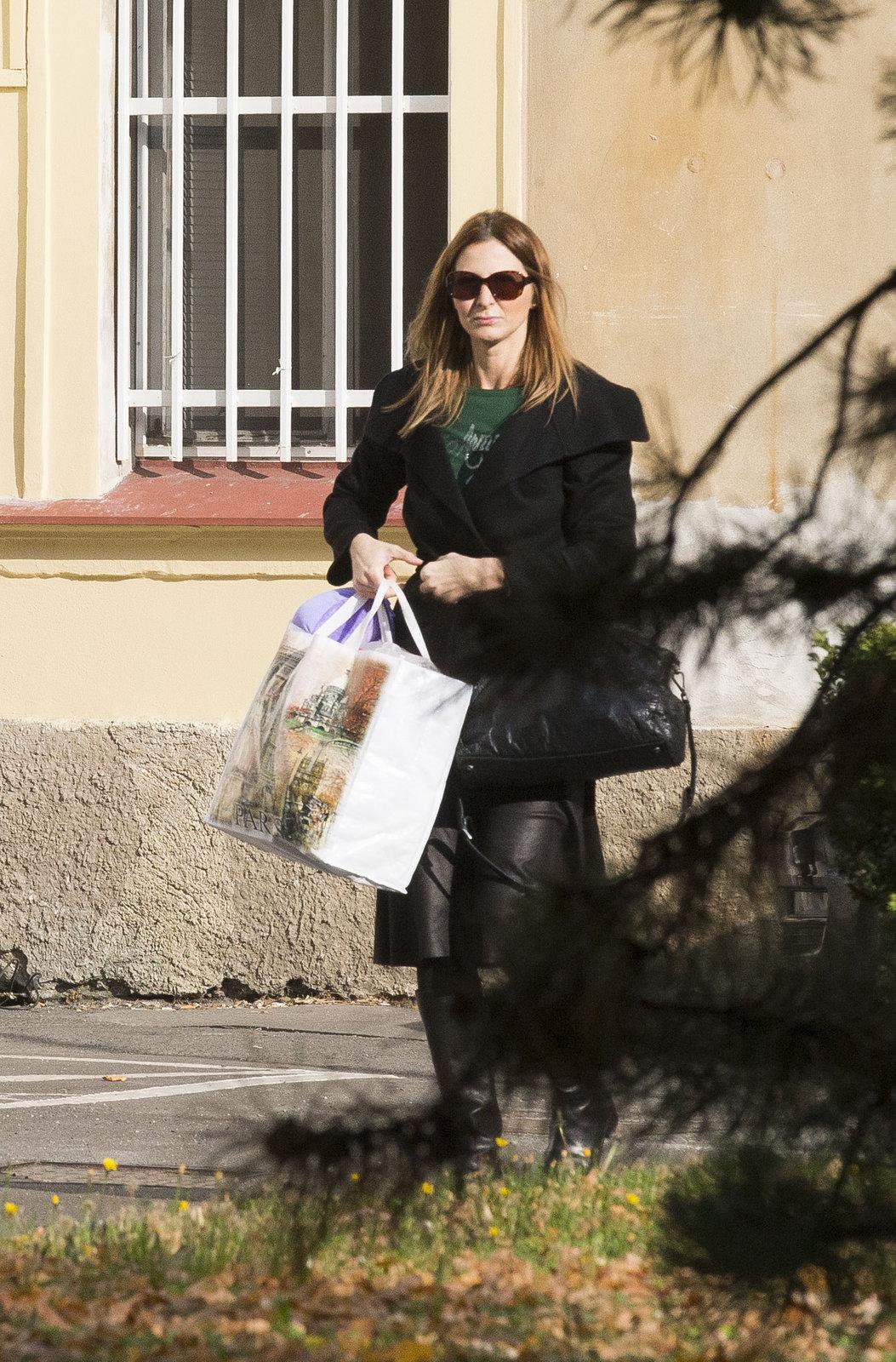 Ivana Gottová nese zpěvákovi věci ve velké tašce.