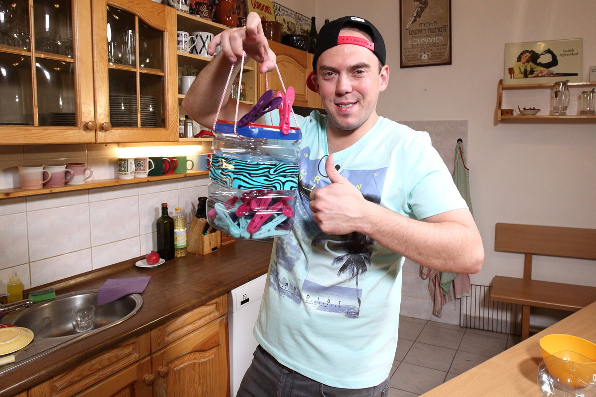 Láďa Hruška dělá košíček na kolíčky