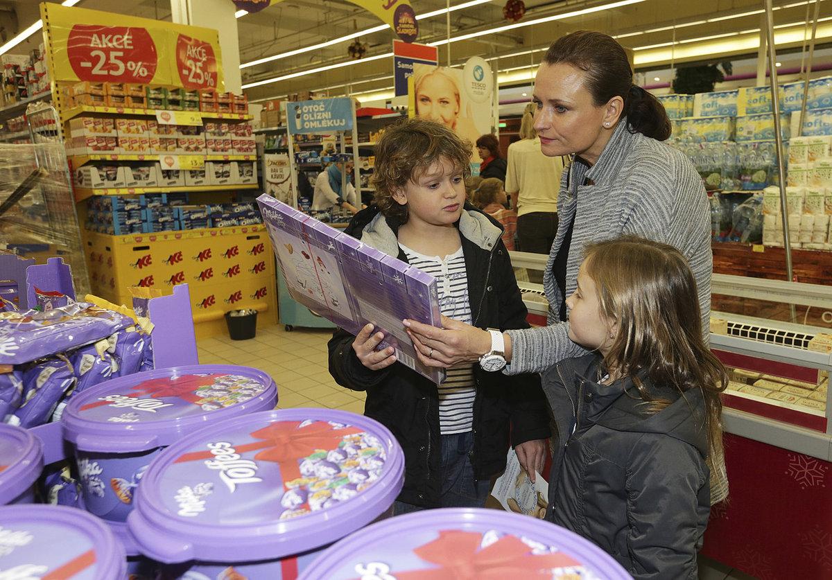Jana Adamcová nakupovala pro charitu. Vzala s sebou i děti.