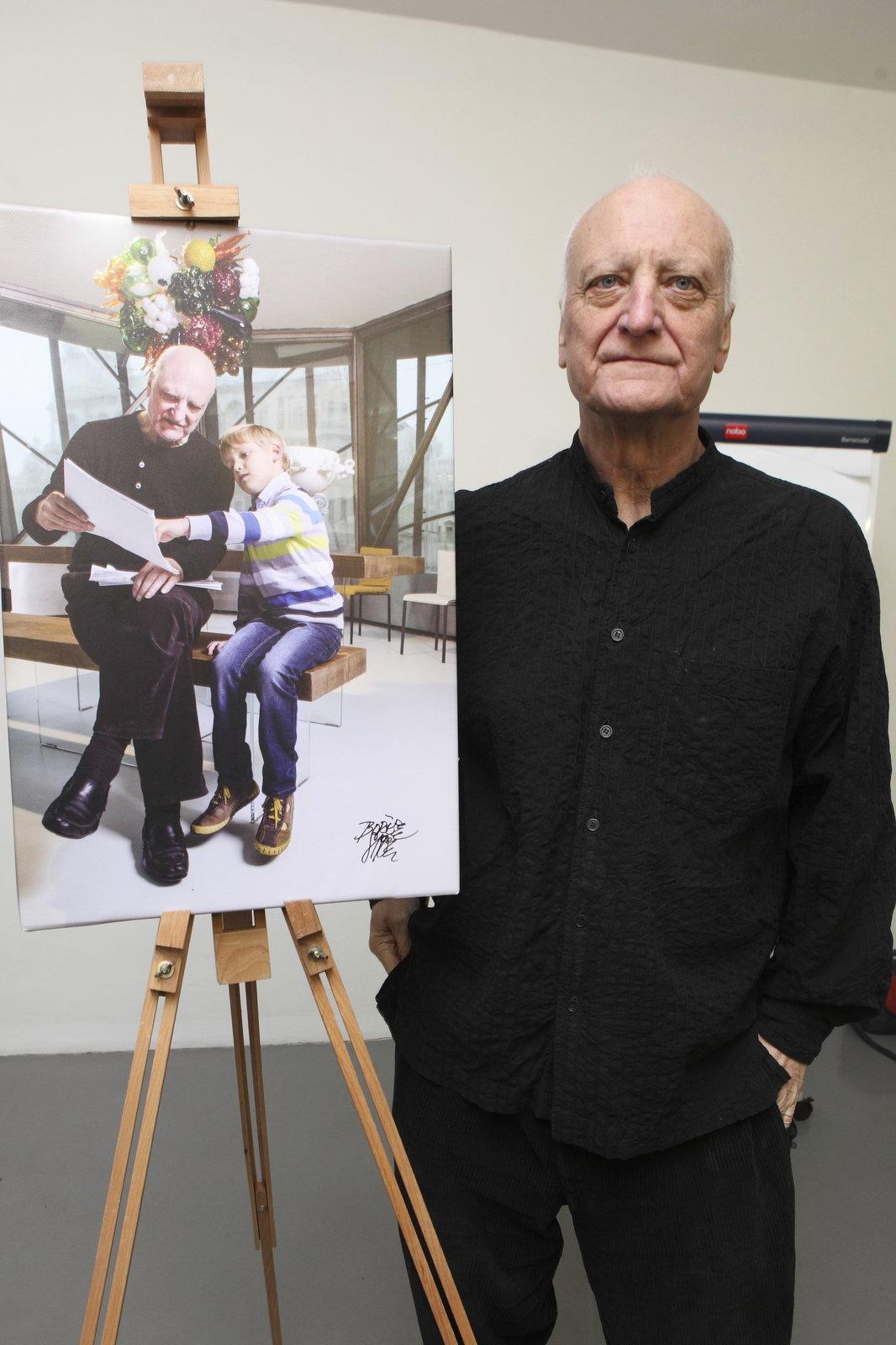 Bořek Šípek se svou fotografií pro charitativní kalendář.