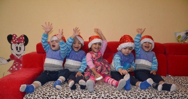 Rodinné centrum Milovice zveřejnilo vánoční fotografii paterčat, kterým dlouhodobě pomáhá.