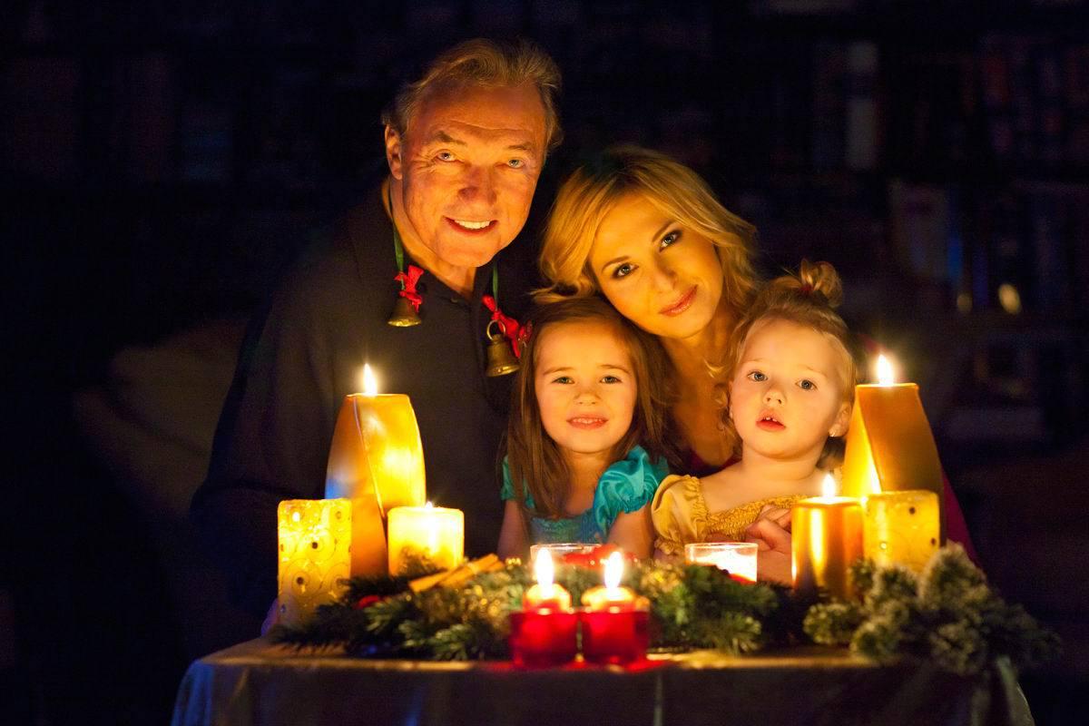 Vánoce u Gottů. Karel, manželka Ivana a dcerky Charlottka a Nellinka.