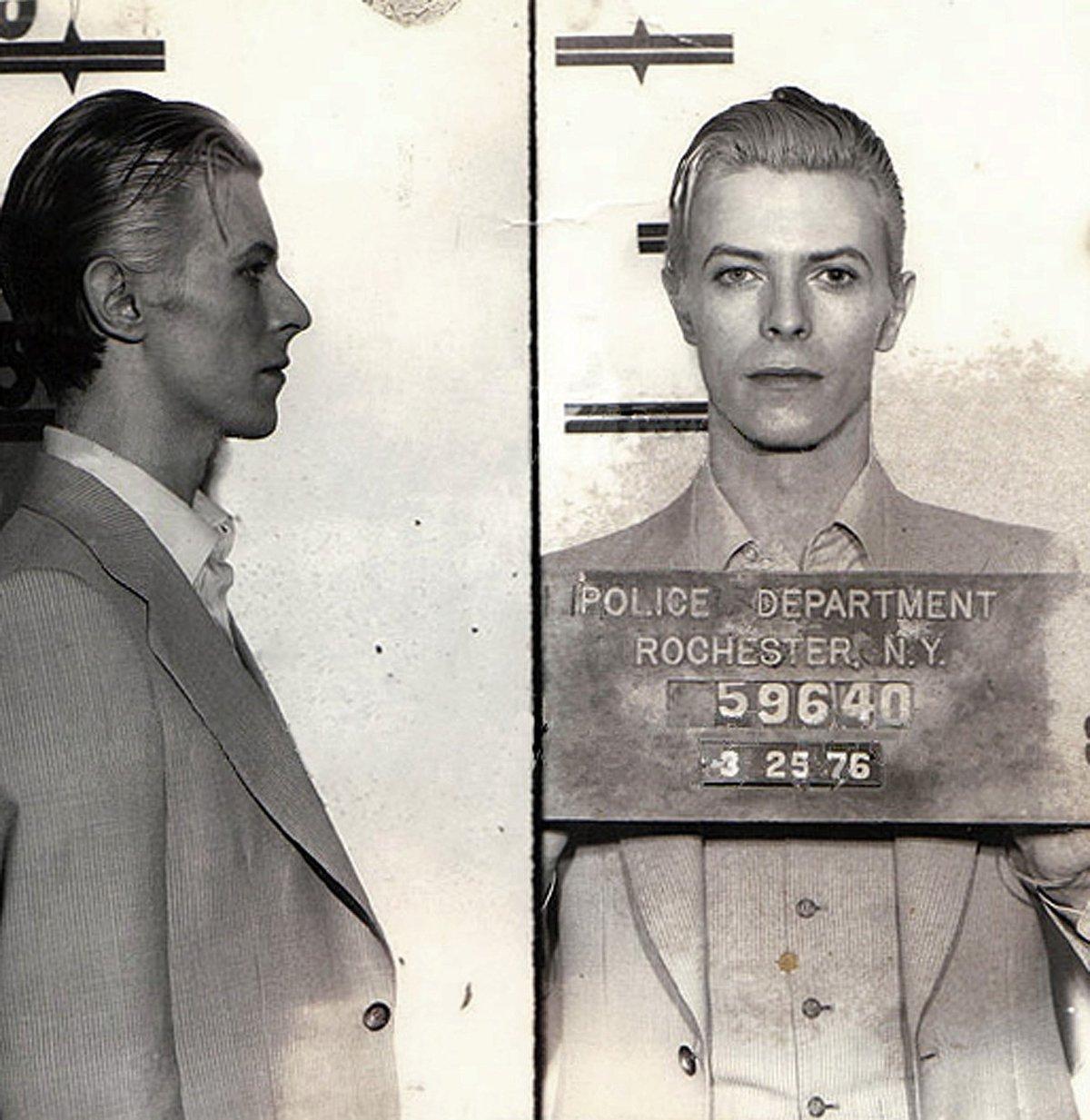 Fotografie Davida Bowieho coby vězně vznikli v březnu roku 1976 v New Yorku.