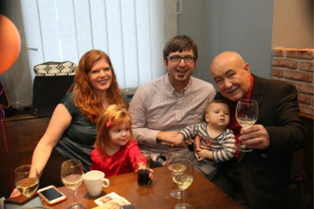 Syn přicestoval na tátovu oslavu s celou rodinou ze Severní Karolíny.