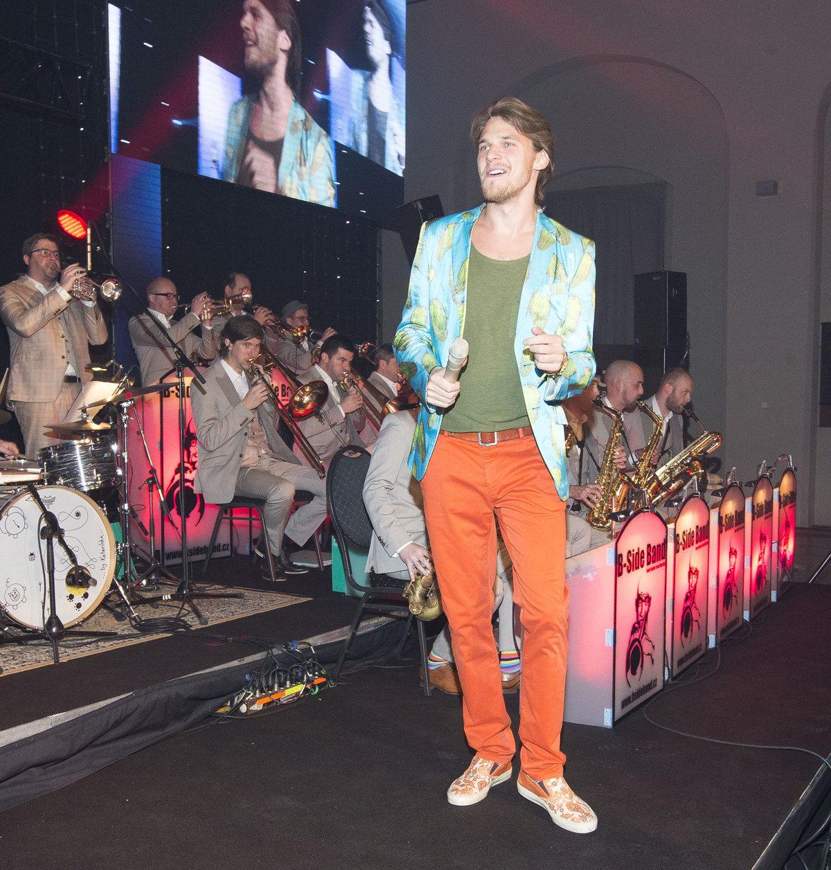 V naprosto nevhodném saku, barevných botách a kalhotách se poprvé objevil na Plese jako Brno.