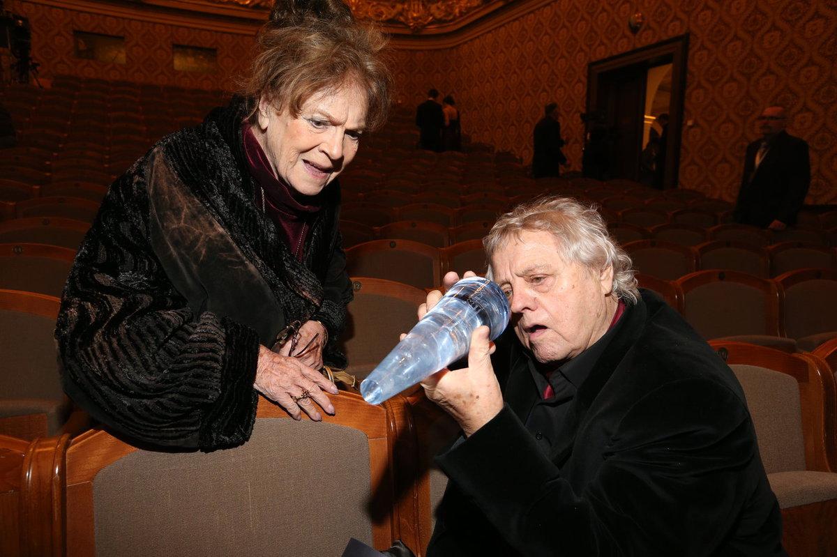 Manželé Vlasta Chramostová a kameraman Stanislav Milota, který získal Lva za Mimořádný přínos české kinematografii.