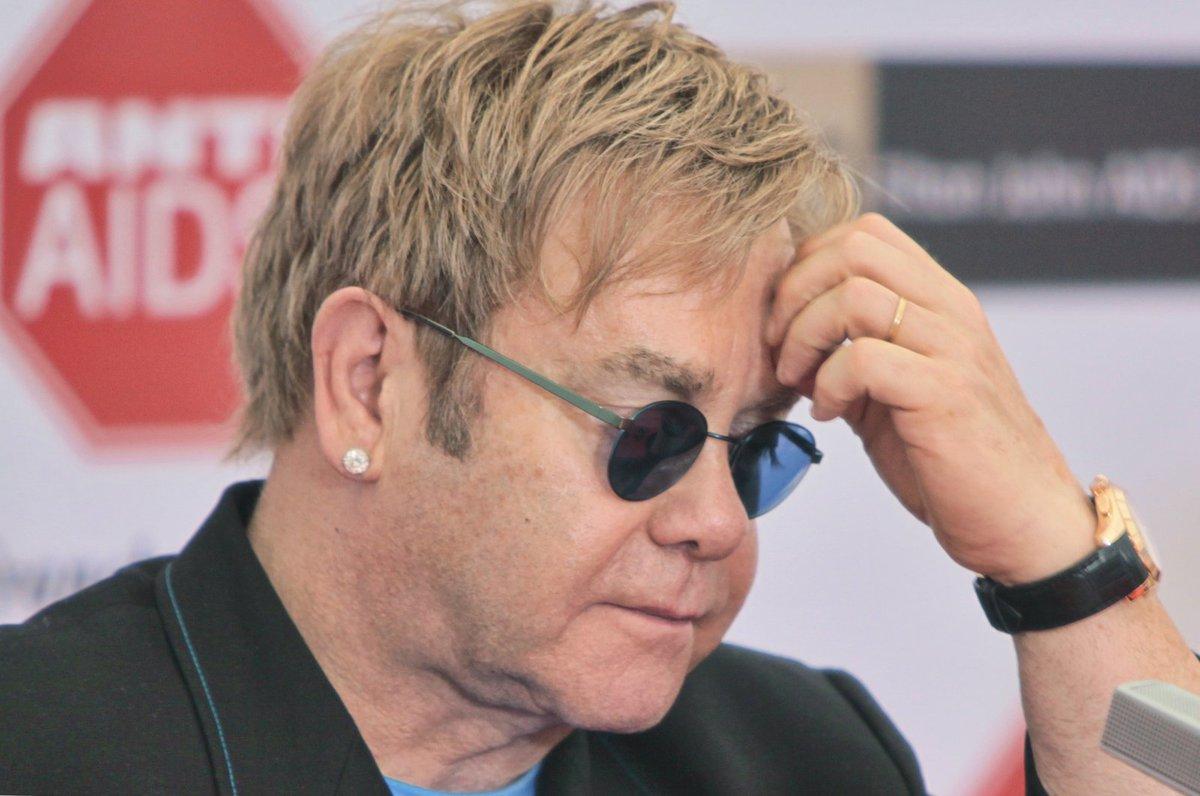 Elton John je zřejmě žalobou zaskočen.