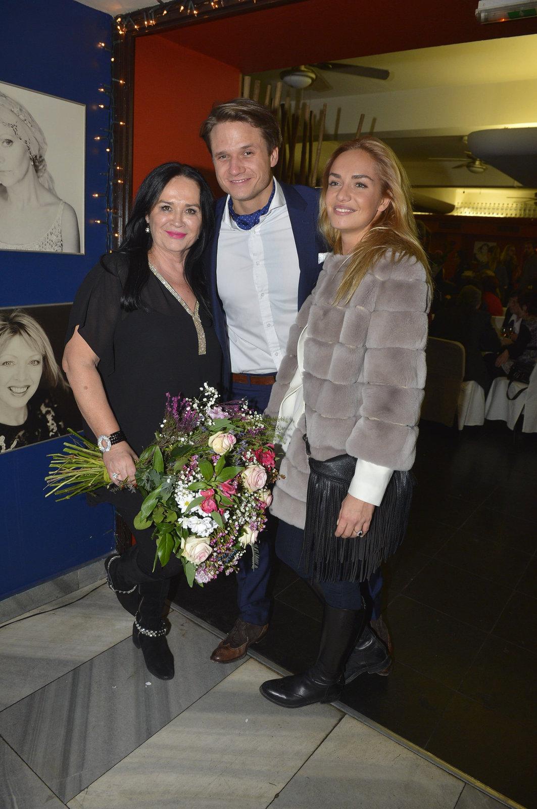 Hana Gregorová a její syn Ondřej s manželkou.