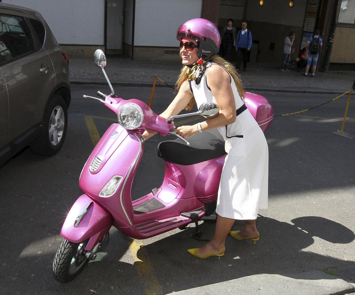 Olga přijela na růžovém skútru