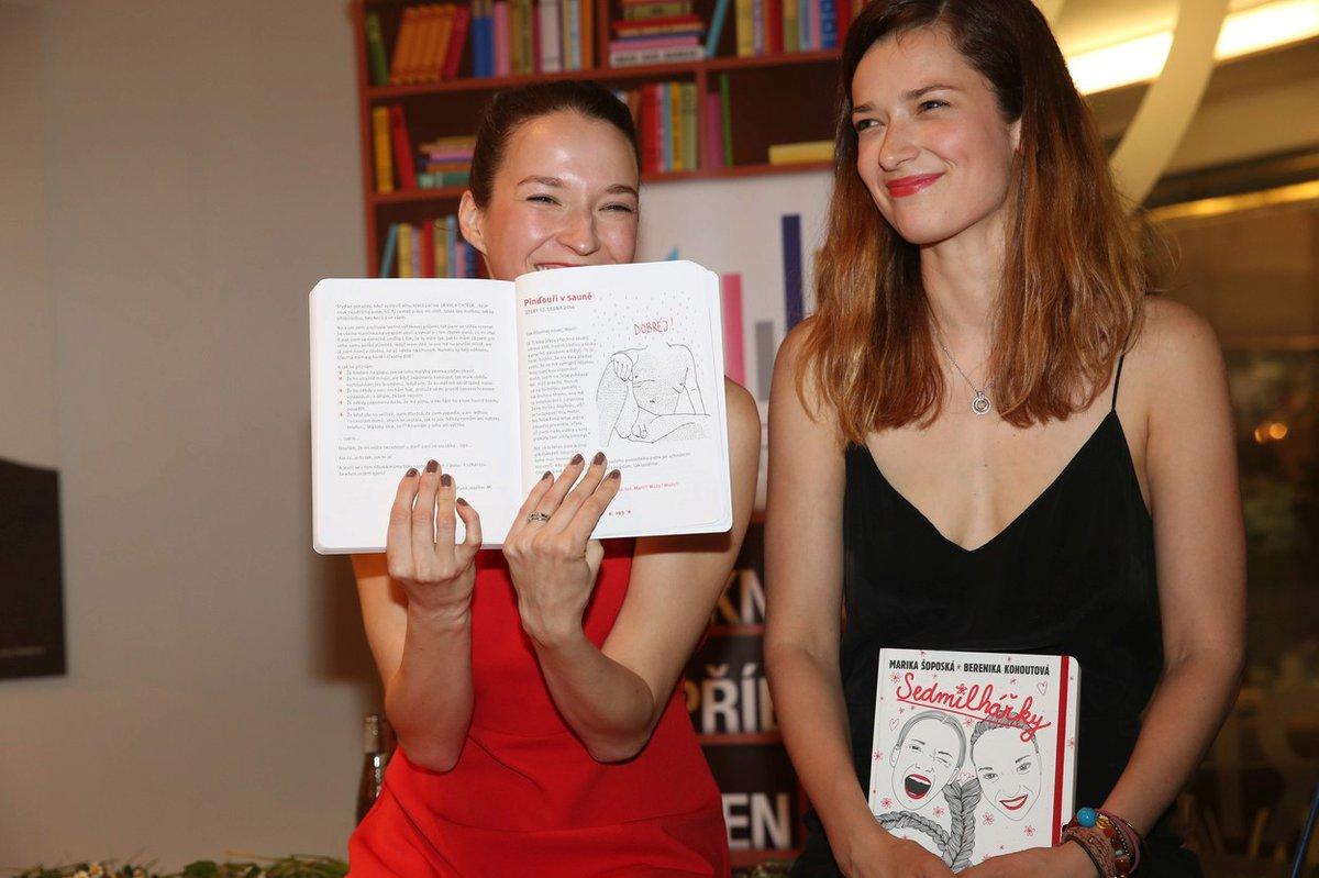 Berenika Kohoutová s Marikou Šoposkou se svou knihou.