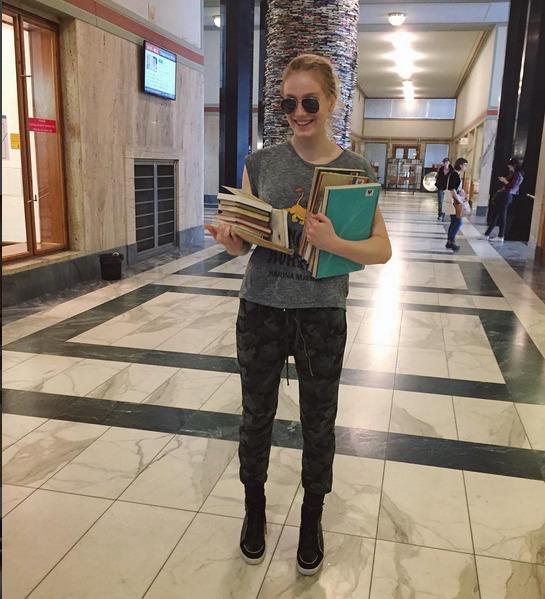 Anna Kadeřávková alias Rozina z Ulice má před maturitou. Pochlubila se fotkou, na níž si šla vypůjčit do knihovny knížky na poslední chvíli.