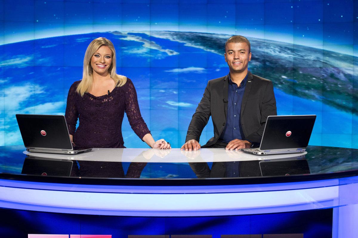 Lucie Borhyová a Rey Koranteng v televizních novinách.