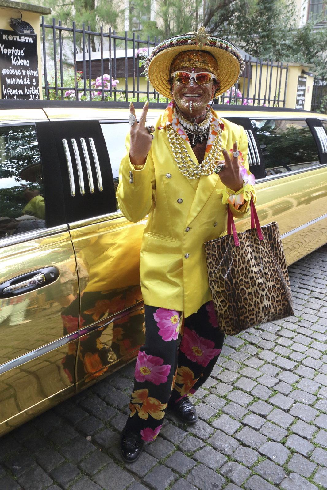 Dan Nekonečný přijel zlatou limuzínou.