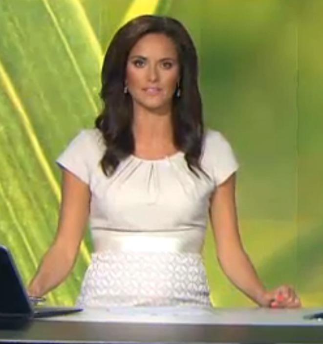 6. 7. 2016 Renátě se už pod šaty rýsuje bříško i před kamerou.