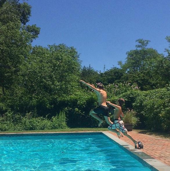 Pavol s nejmladším synem dovádí v bazénu