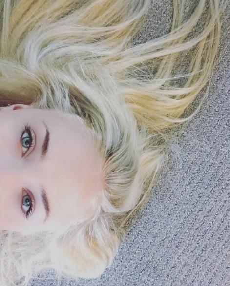 Sophie Turner je blond! Svou novou barvu ukázala na Instagramu.