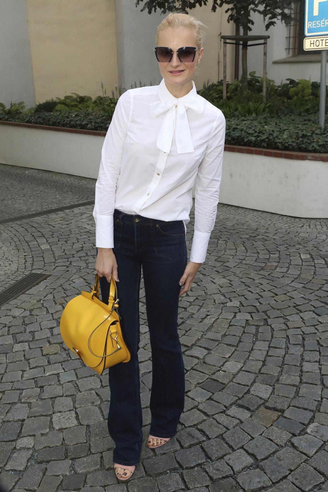 Iva Pazderková přišla nabalená na zahradní párty.