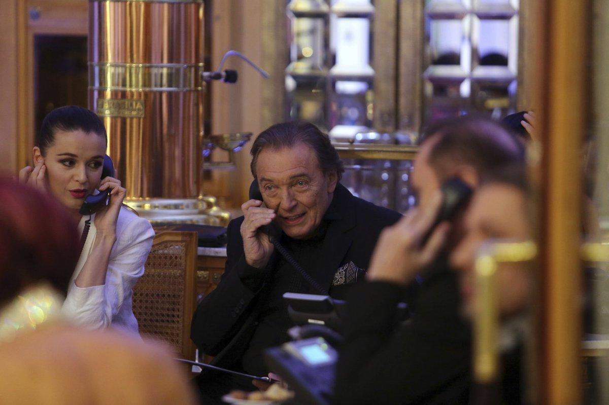 Karel Gott telefonuje.