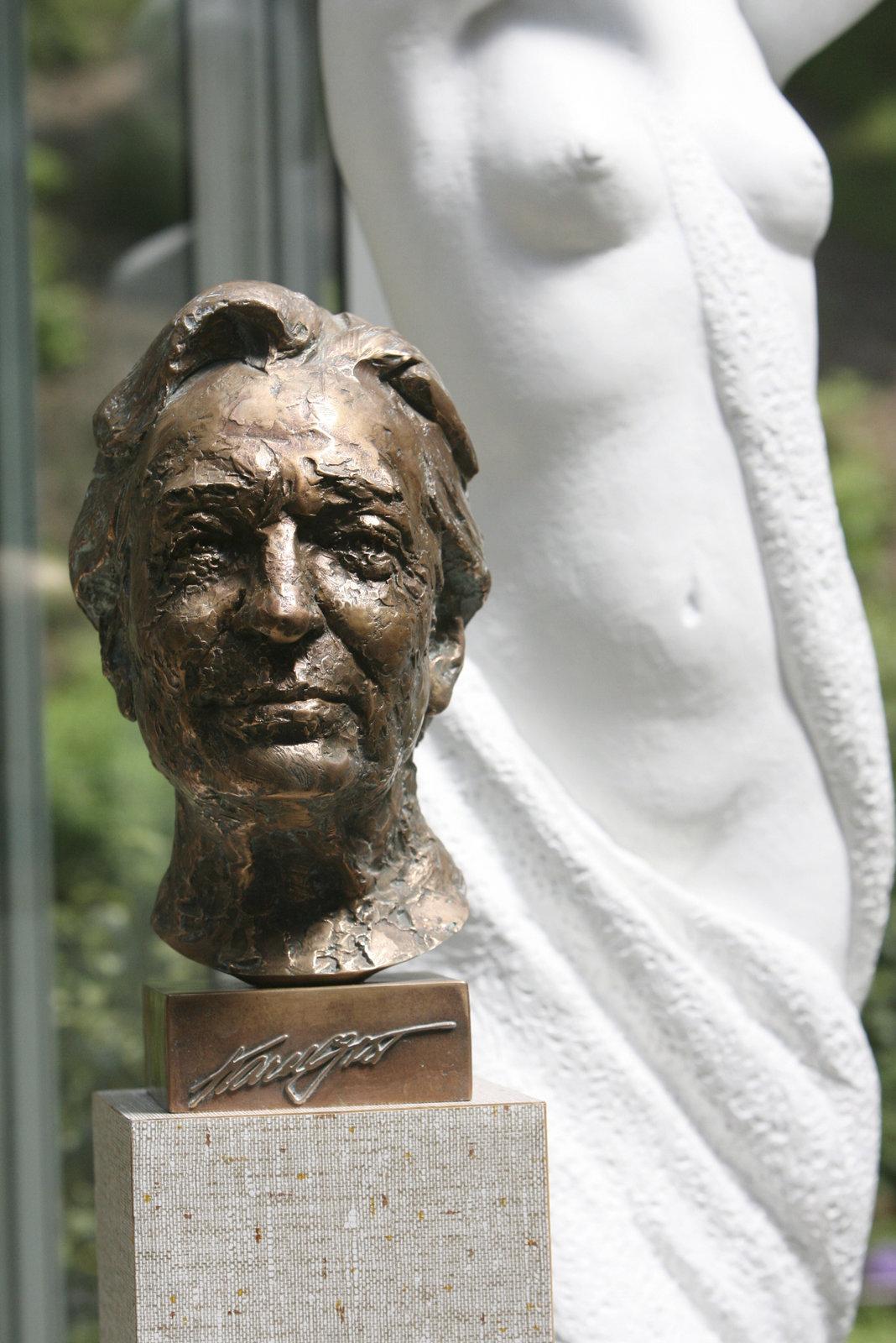 Busta zpěváka Karla Gott od Josefa Nálepy.