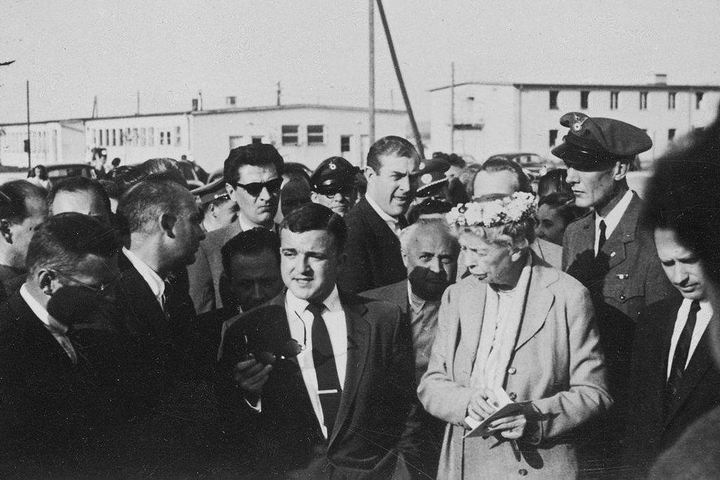 Eleanor Rooseveltová s maďarskými uprchlíky v táboře v Salzburku, 1957