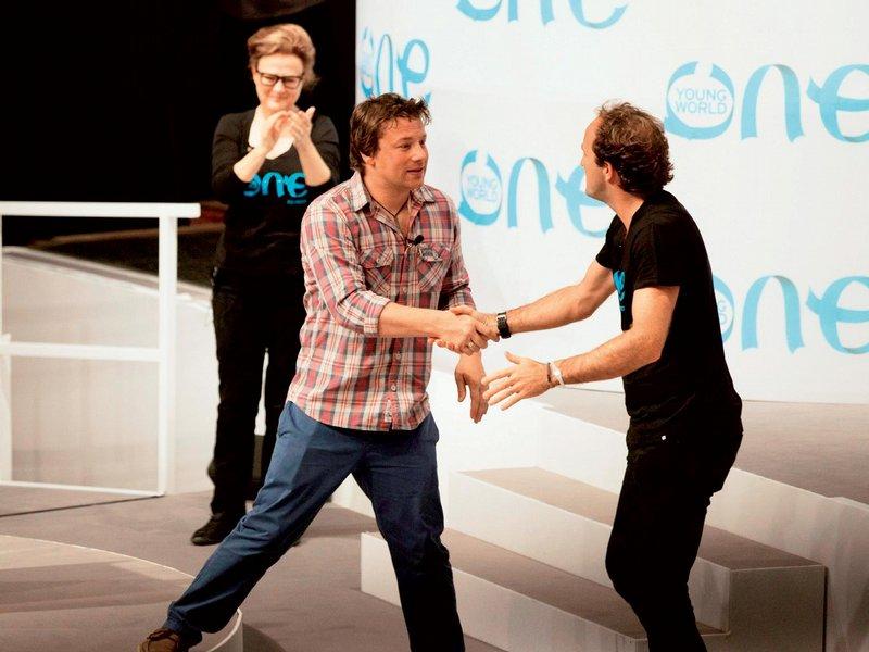 Populární kuchař Jamie Olivier si podává ruku s DavidemJonesem – stále v pohybu, což je nejlepší způsob bojeproti obezitě. Její celosvětová pandemie byla takétématem jeho projevu k delegátům One Young World