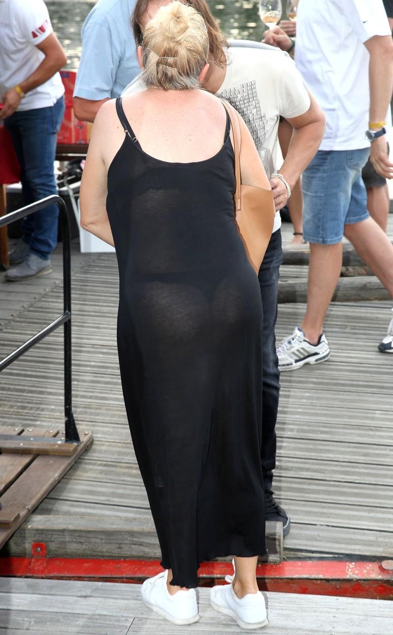 Bára Basiková předvedla holou zadnici v průhledných šatech.