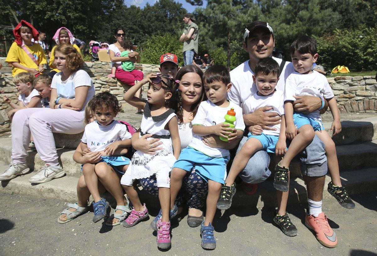 Rodinka paterčat pohromadě: zleva Martin, Terezka, starší bratr Tony, maminka Alexandra,  Deniel, tatínek Tonda, Míša a Alex.