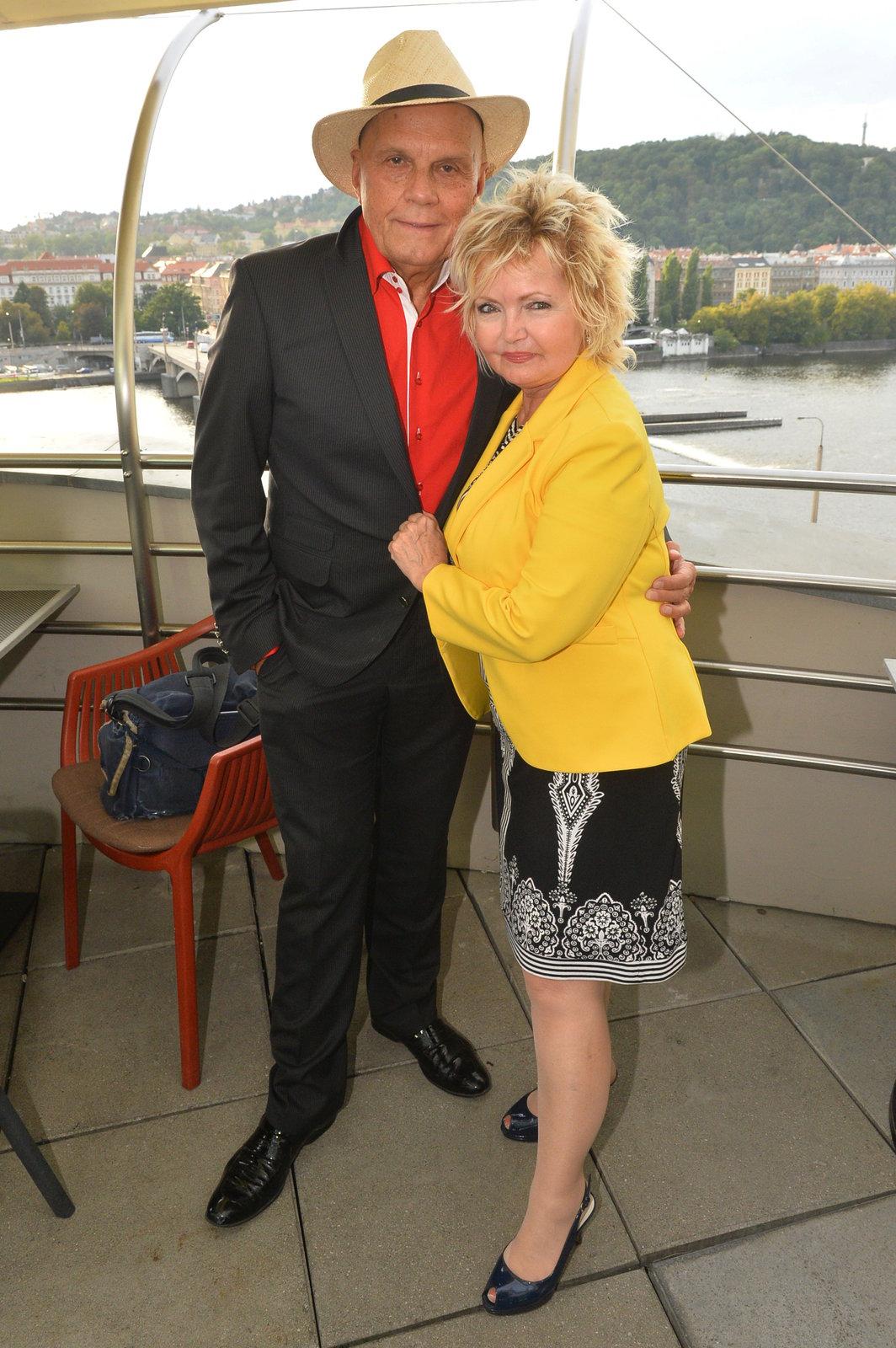 Do manželky Evy Hruškové je Jan zamilovaný jako puberťák.