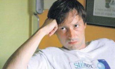 Režisér v koncích. Jaroslav Plesl, častý spolupracovník Roberta Sedláčka,ztělesnil režiséra, jemuž se pod rukama hroutí jeden projekt za druhým