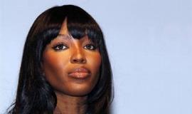 """Výpověď Naomi Campbellové u soudu v Haagu oživila mediální zájem o vlekoucí se soud s liberijským exprezidentem Charlesem Taylorem, obviněným z válečných zločinů v Sieře Leone. Topmodelka údajně v roce 1997 Taylora na večeři u Nelsona Mandely natolik oslnila, že se rozhodl darovat jí část """"krvavých"""" diamantů, za které podle obžaloby v Jihoafrické republice nakupoval zbraně."""