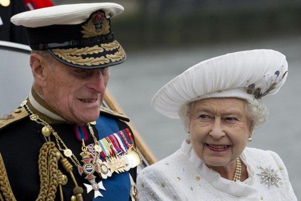 Alžběta II. si pro tuto příležitost oblékla bílé šaty, doprovodil ji její manžel princ Philip.