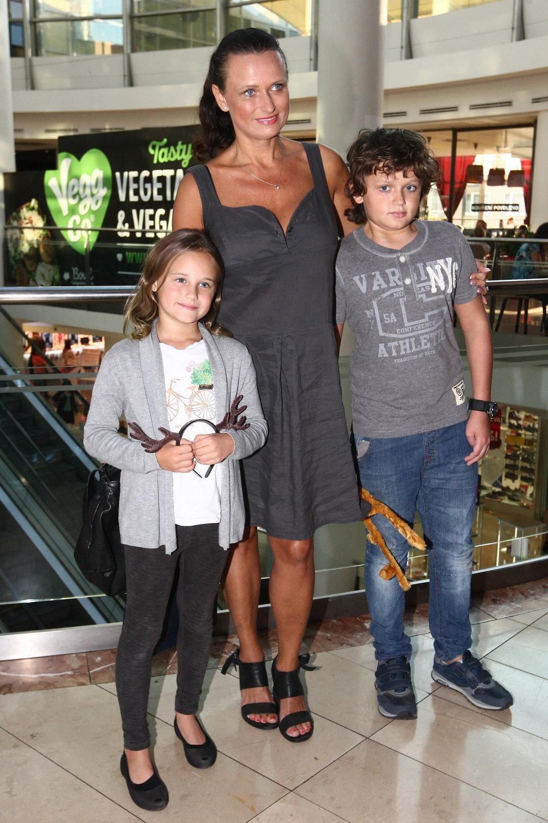 Jana Adamcová se svými dětmi.