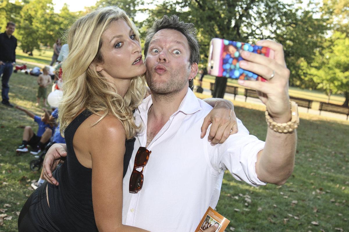 Matěj Ruppert si dělal s Terezou Maxovou selfíčko.