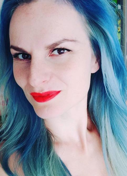 Iva Pazderková v modrých vlasech