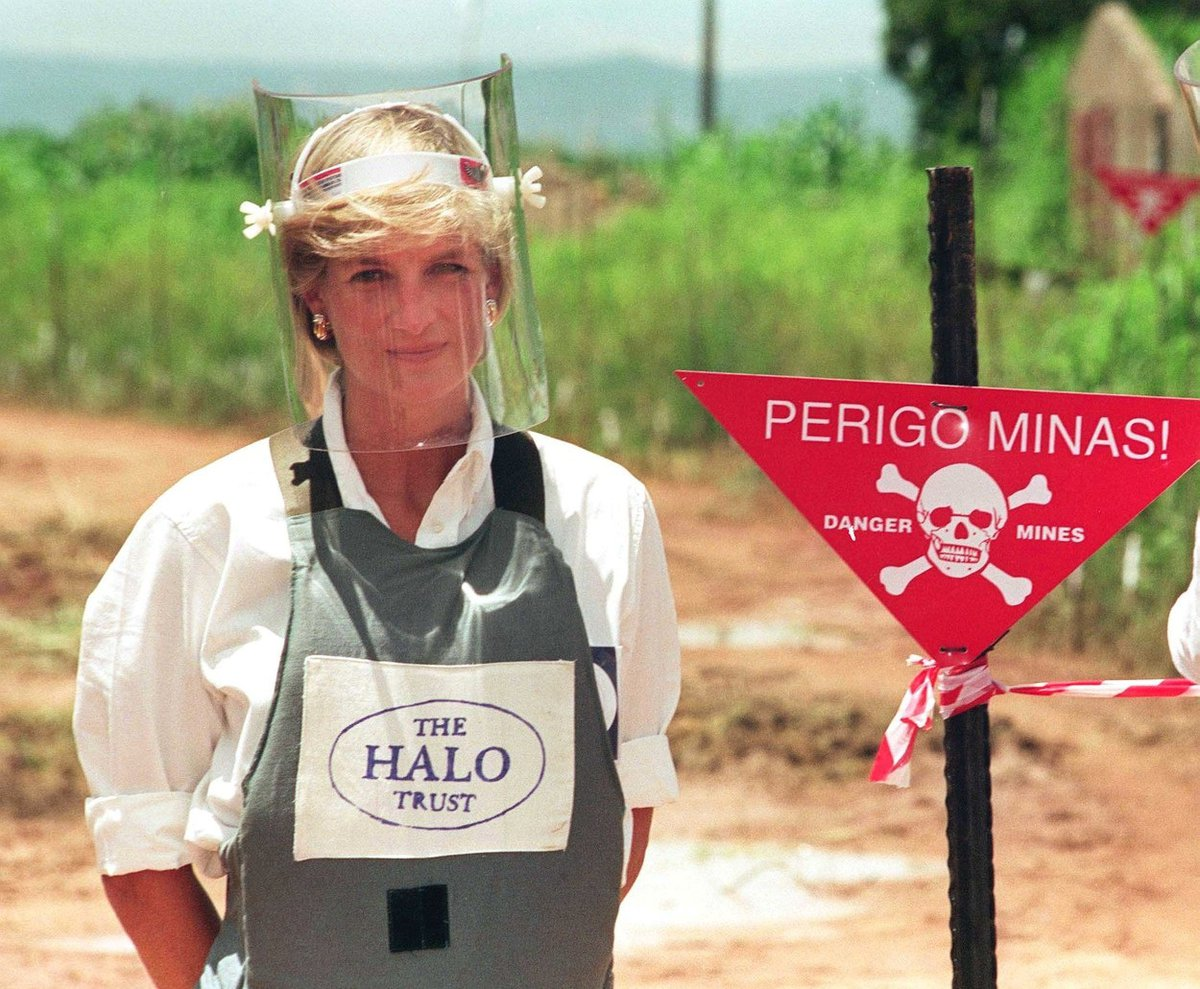 Princezna Diana prochází po minovém poli v Angole.
