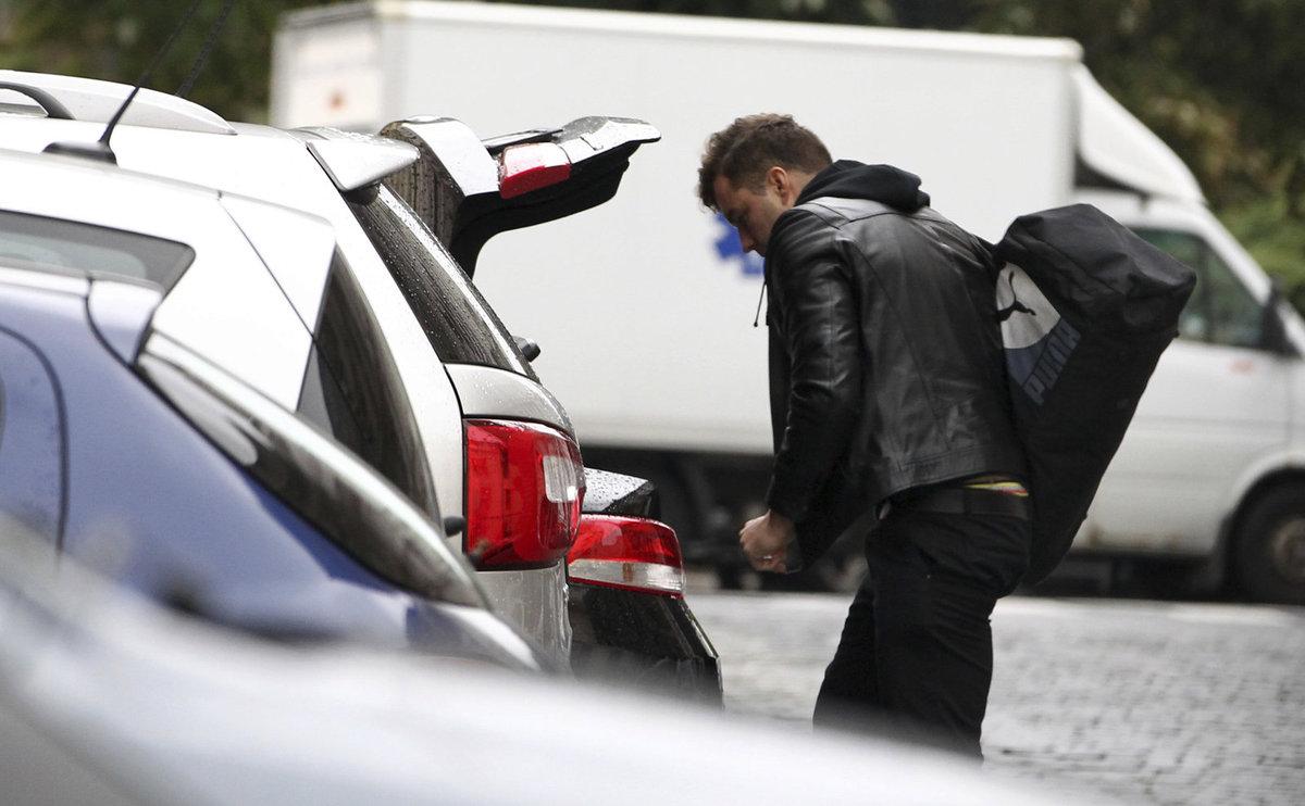 Nakonec nakládá věci do svého auta a odjíždí.