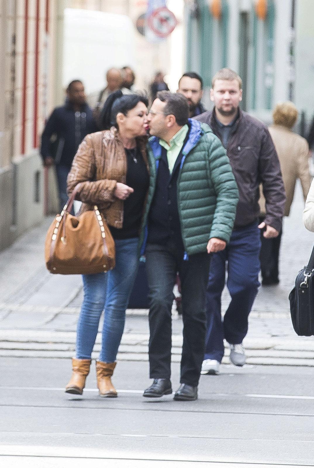 Při procházce Prahou se Dáda Patrasová s italským milencem Vitem drželi za ruce a líbali se.