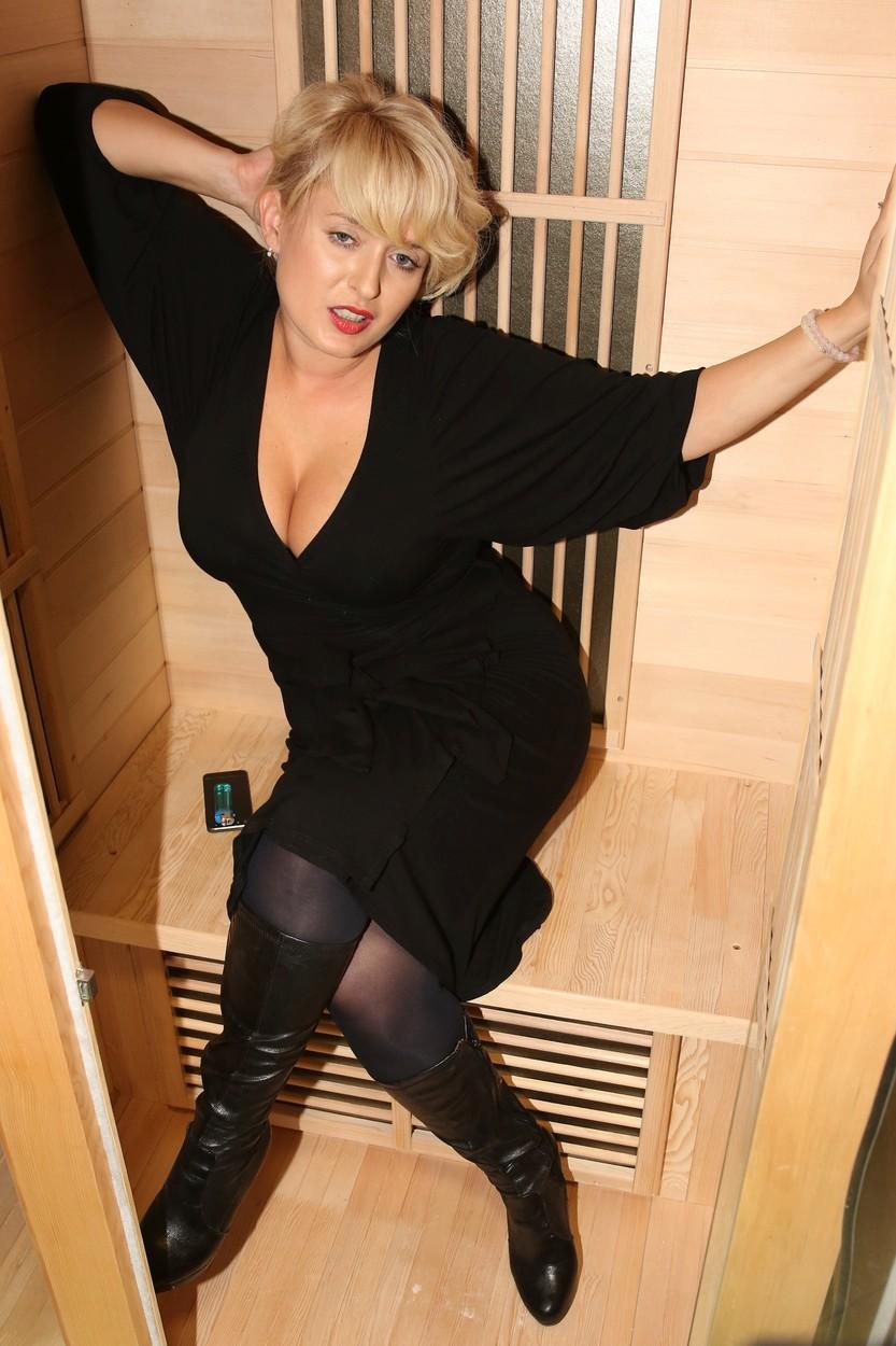 Miluše Bittnerová svádí v sauně.