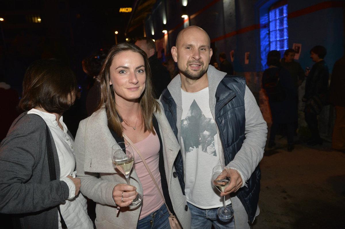 Seriálový herec Tomáš Dastlík s partnerkou.
