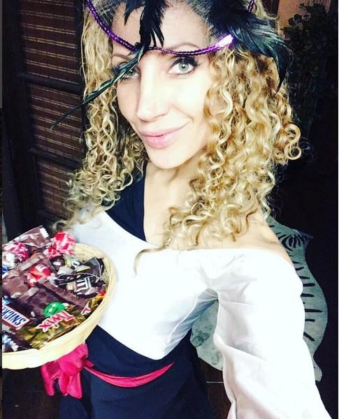 Zpěvačka Olga Lounová vyrazila na Halloweenskou koledu v Los Angeles.