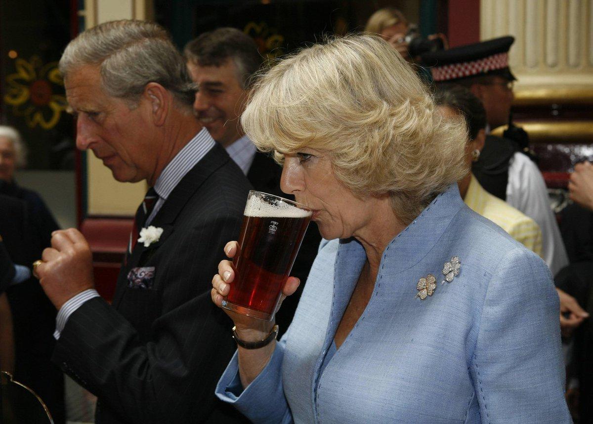 Vévodkyně Camilla pije pivo.