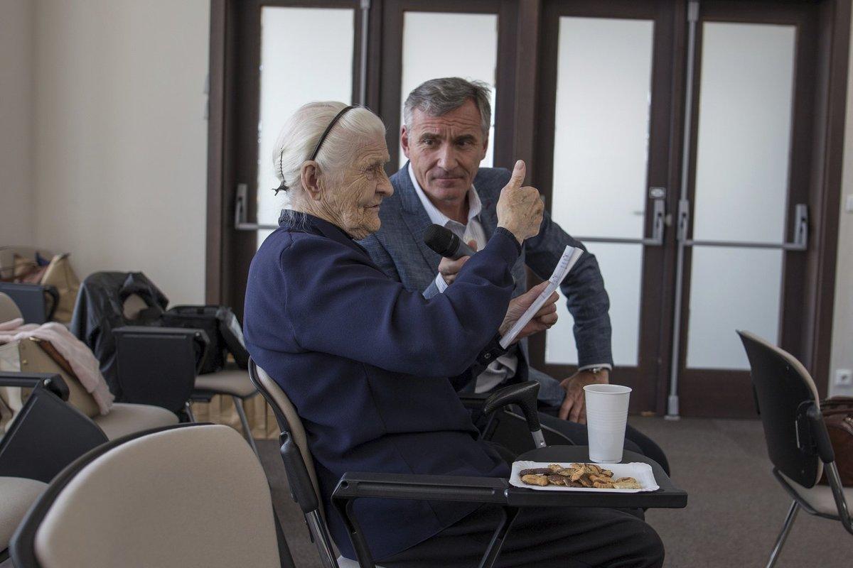 Herec Jan Čenský instruuje seniory na eventech Asociace osobního marketingu, jak nenaletět šmejdům